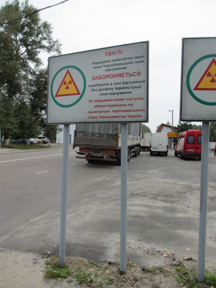 Tre zoner. Detta är första, 30 km från Tjernobyl. I denna zonen bor en del människor, ca. 200. Dessutom de 4000 som håller igång det hela. Det är soldater, byggnadsarbetare, jägare, skogsvårdare, sjukvårdare osv. De jobbar lite olika men i grunden 15 dagar på och 15 dagar av. Når de över 10 mSv på en dag så blir de arbetsbefriade för resten av dagen.