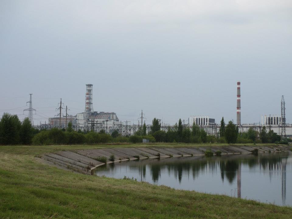 Till vänster om den vänstra skorstenen ser vi reaktor 4. Lägre en reaktor 3 till höger då toppen sprängdes bort. Även med sarkofagen får den inte sin ursprungliga höjd. Till höger ser vi reaktor 1 och 2. En av dess stängdes ett par år efter katastrofen då de upplevde en svår incident. Reaktor 3, som alltså i praktiken ligger vägg i vägg med nr. 4 hölls i drift till 2001!